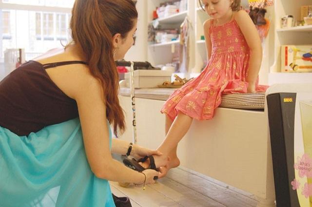 Примерка детской обуви